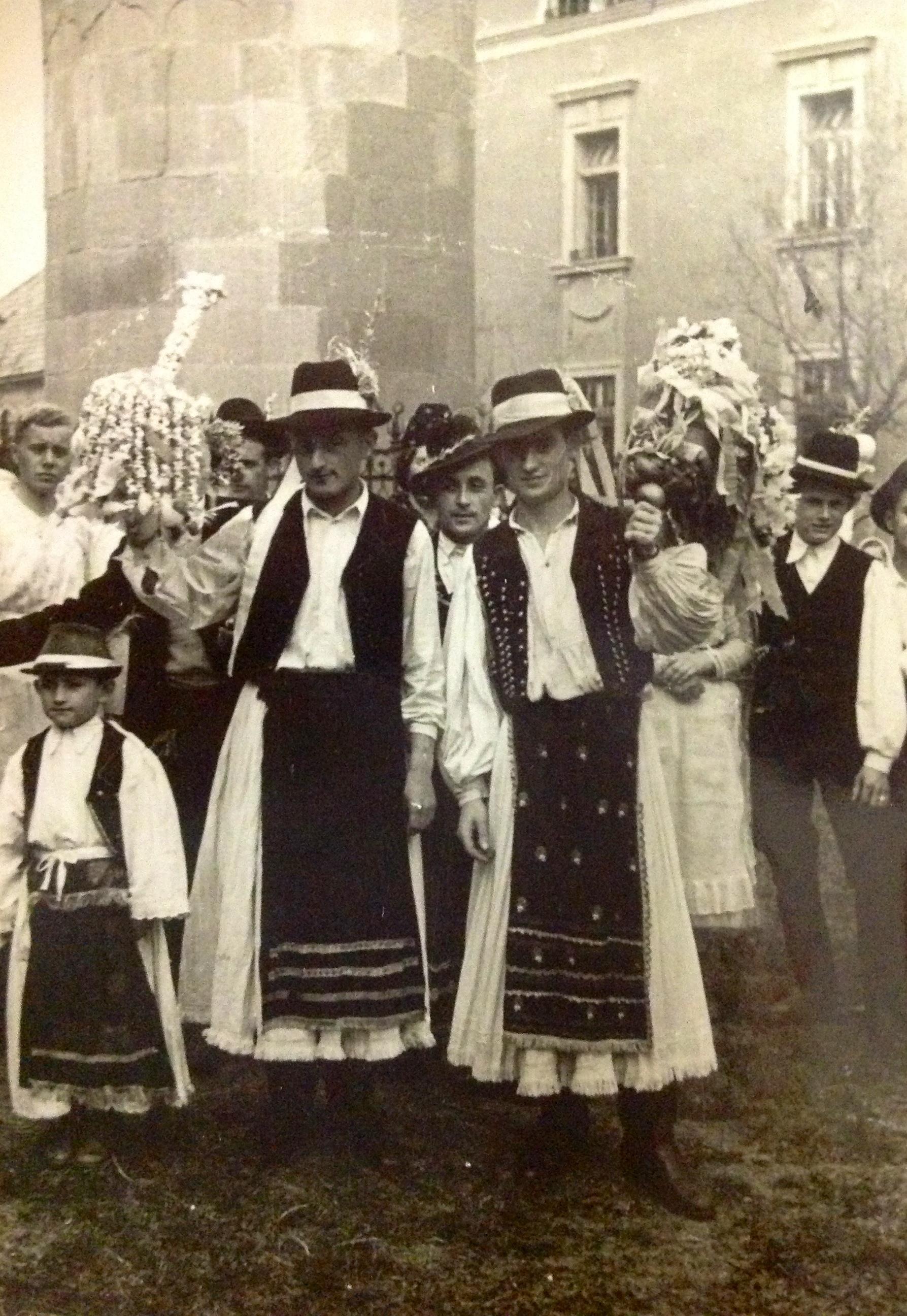 2324-25. novaji népi együttes-vőfélyek.