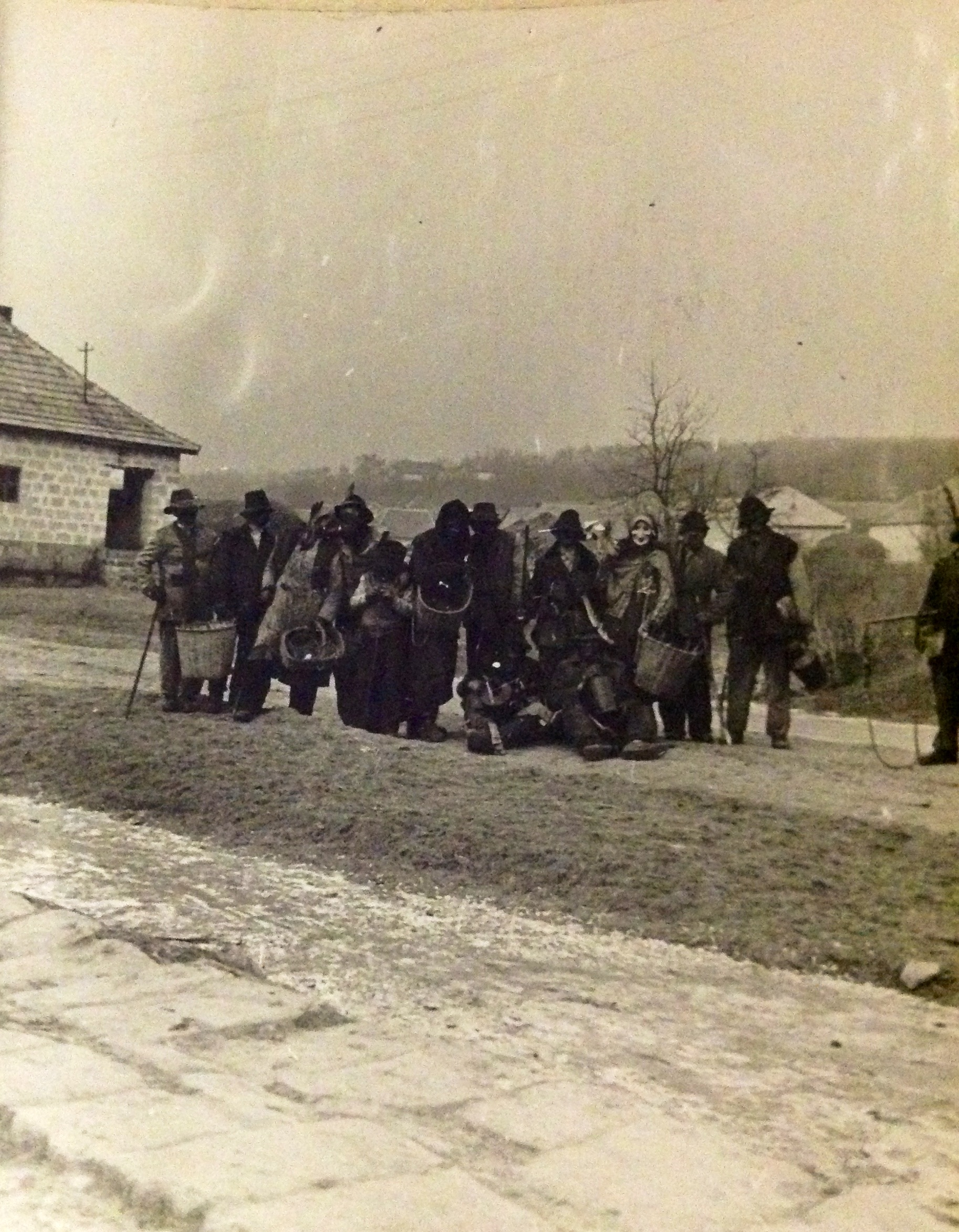 6983. Reméllés, bőjthagyó szerdán,újabban húshagyó kedden maskarásoknak öltözve a legények végigjárják a falut. 1959. Bakó Ferenc
